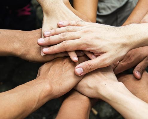 Des mains se joignent pour symboliser la solidarité